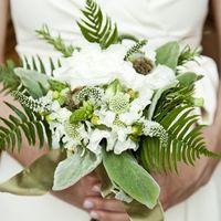 Зеленый оригинальный букет невесты из фиалок, вероники и папоротника