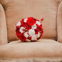 Красный букет невесты из гербер и роз зимой-это уже стало классикой