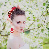 Украшения для невесты - каплевидные серьги в бежево-красных тонах и шифоновая лента в волосы.