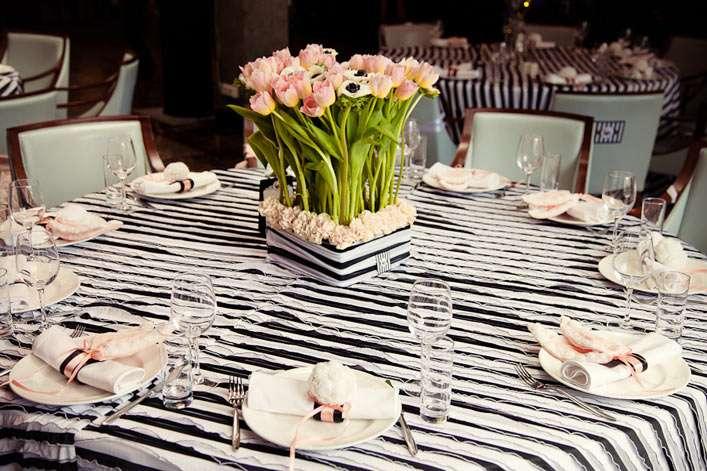 Композиция из розовых тюльпанов и белых анемон в черно-белом кашпо, украшенном бутонами розовых гвоздик.  - фото 2528511 Студия авторской флористики и декора'' Красота''