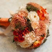Букет невесты из астр, роз и ранункулюсов в оранжевых оттенках