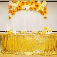 Президиум из бумажных цветов золотого цвета