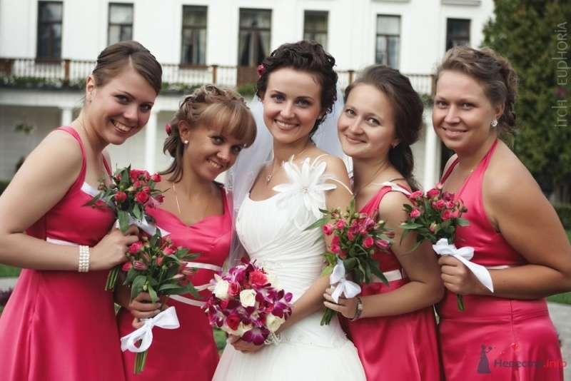 Счастливая невеста со своими подружками на свадебной церемонии, одетые в тематику самой церемонии, а именно в  красных платьях   - фото 63019 Ульяна Черникова