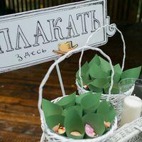 Кулечки с лепестками роз и платочки с инициалами молодожен для сентиментальных гостей