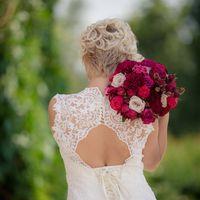 Загадочная невеста с бордовым букетом из пионов, роз и гвоздики