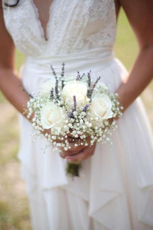 Букет невесты из белых роз и белой гипсофилы - фото 2863639 Заморская