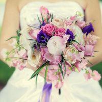 Букет невесты для свадьбы в стиле Шебби Шик из фиалок и роз