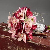 Классический яркий букет из французской розы, лютиков и орхидей