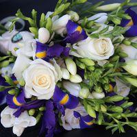 Розы и ирисы - прекрасное сочетание...