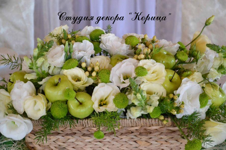 """Композиция для стола из белых эустом, зеленых яблок, зеленых хризантем сантини, фрезий, зелени, кремовых роз и гиперикума.  - фото 2889053 Студия """"Корица"""" - свадебный декор и флористика"""
