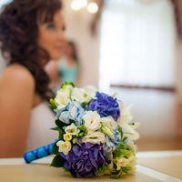Букет невесты из голубых гортензий, белых эустом и фрезий