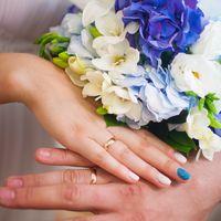 Бело-голубой букет невесты из фрезий, лилий и гортензий