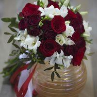 Лед и пламя, страсть и верность. Букет для невесты собран из красной розы, ароматной фрезии и элегантной эустомы