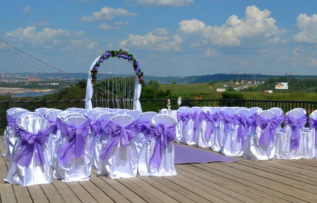 Стулья для гостей на выездной церемонии, украшенные белыми чехлами с сиреневыми бантами - фото 2686375 Beauty Wedding - организация свадьбы