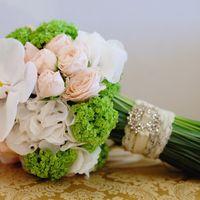 Букет невесты из белых орхидей, розовых роз и зеленых гортензий
