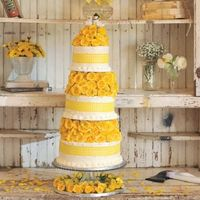 Многоярусный торт с желтыми розами в сельском стиле