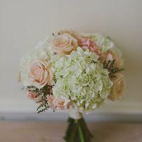 Букет невесты из белых гортензий и розовых роз