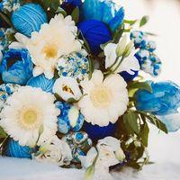 Букет невесты из белых гербер и эустом с декоративными элементами хэндмейд в голубом цвете
