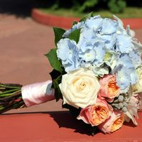 Букет невесты из голубых гортензий, розовых и белых роз