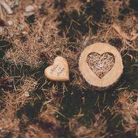 Деревянная подставка для колец и сердечко с именами жениха и невесты