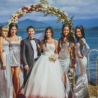 Жених, невеста и её подружки в серебристо-сером