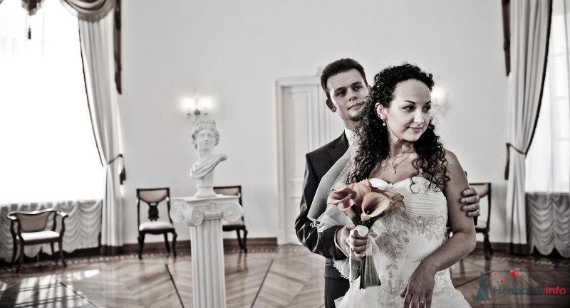 Жених и невеста стоят, прислонившись друг к другу, в светлой комнате - фото 46631 Pantera25