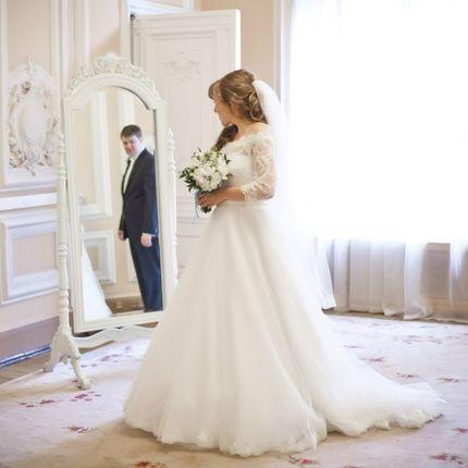 Букет невесты из белых пионов и фрезии