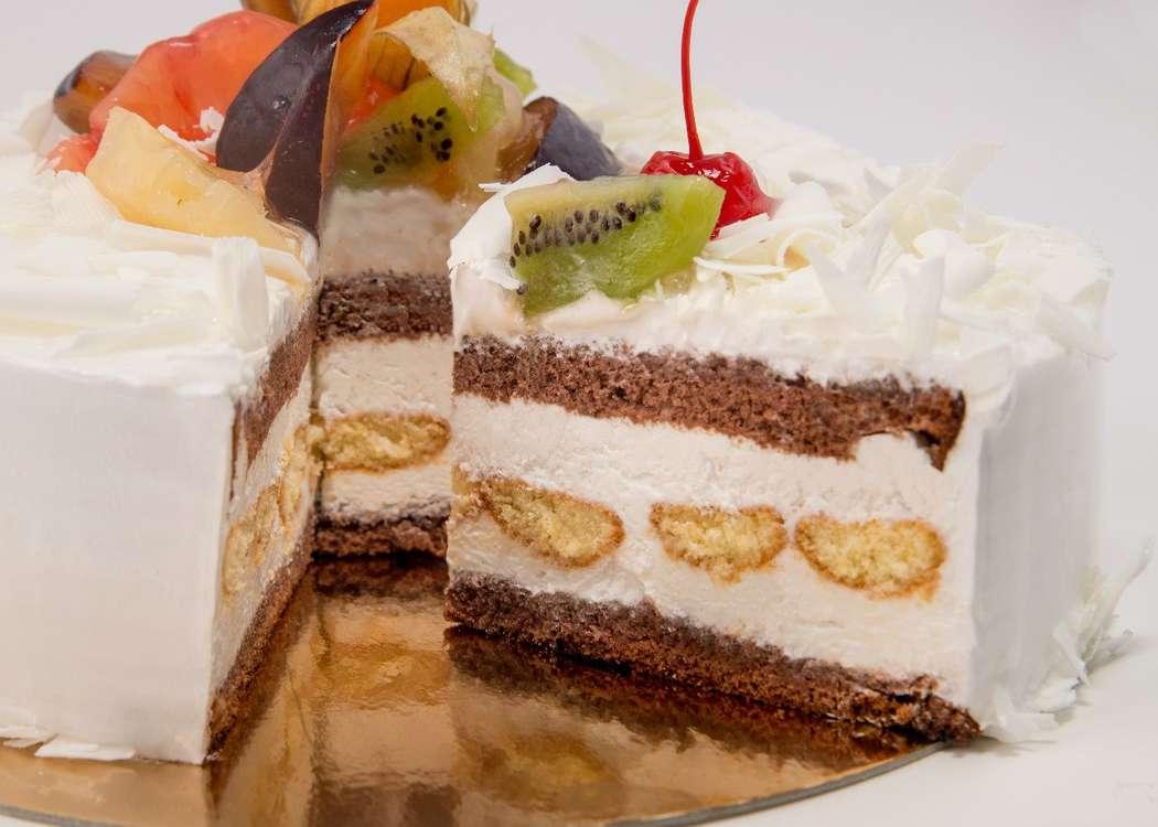Многослойный торт с шоколадным бисквитом, печеньем савоярди и взбитыми сливками, украшенный взбитыми сливками, коктейльной вишней - фото 2739451 Сан Круа,кафе  - кондитерская, торты на заказ
