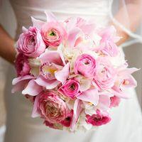"""Букет невесты """"Амелия"""" (арт. 1014-C) Букет из ранункулусов, орхидей, гортензии, собранный на портбукетнице."""