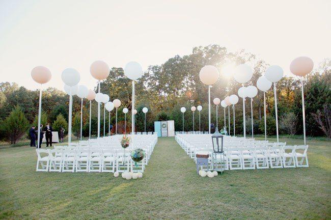 Стулья для гостей на выездной церемонии, украшенные белыми и бежевыми воздушными шарами - фото 2763073 Добрый Фей - организация свадьбы