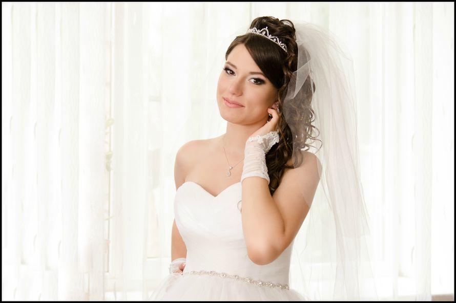 Невеста с прической из полу распущенных локонов, собранных в пучок высоко на затылке, с диадемой, с классическим макияжем - фото 2903815 Рита Королева