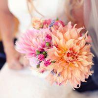 Розово-оранжевый букет из роз и астр