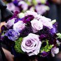 Яркий фиолетово-сиреневый букет невесты из фиалок и роз