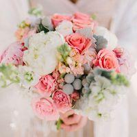 Букет невесты в розово-белых тонах из пионов, фиалок и роз