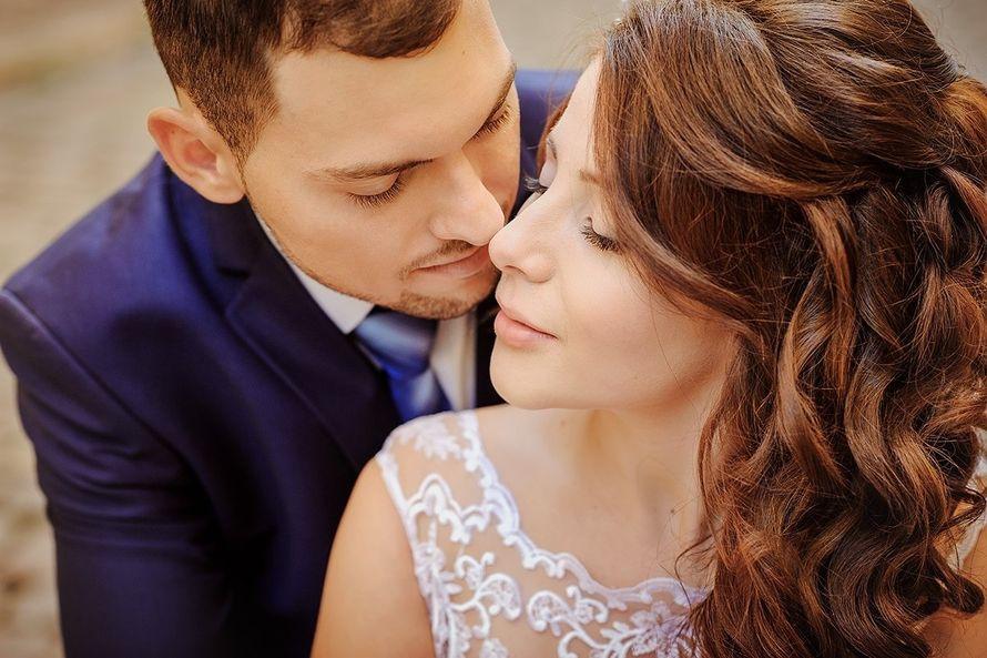 Невеста с прической из распущенных длинных локонов уложенных на бок, с нежным легким макияжем - фото 2882341 Визажист Angelie Blazinski
