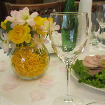 Композиция на столы гостей искусвенные и живые цветы