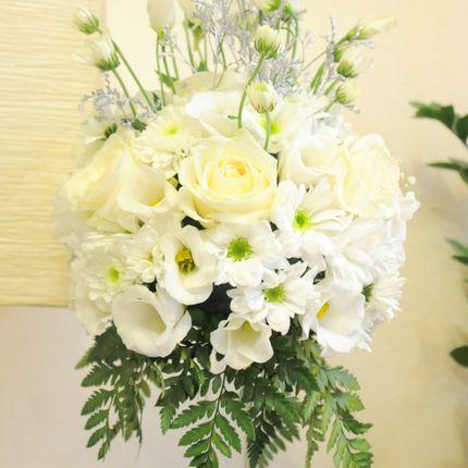 Композиция из живых цветов в высокой вазе