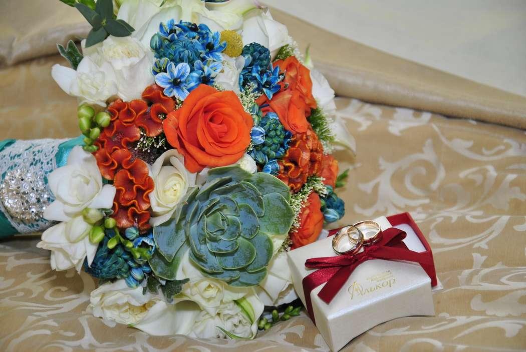 """Букет невесты из зеленых суккулентов, оранжевых роз и целозии, белых роз и аммии, синего орнитогалума, декорированный голубой - фото 3178791 Агентство свадебных торжеств """"Современная невеста"""""""