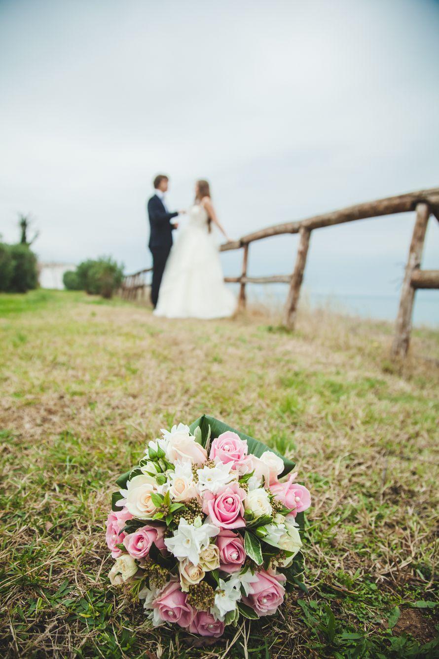 Букет невесты из белых и розовых роз, белых фрезий и коричневой звездчатой скабиозы  - фото 2818419 Фотограф Дамианос Максимов