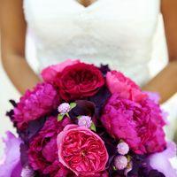 Яркий розовый букет невесты из фиалок и пионов