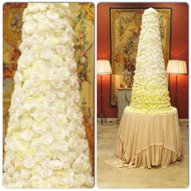 """Свадебный торт на заказ с сахарными розами, в форме традиционного крокембуша - кондитерская """"Колесо времени""""."""