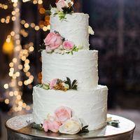 """Свадебный торт """"с мазками"""", изготовленный в кондитерской """"Колесо времени"""" для свадьбы, организованной агентством JR Wedding & Events. Фото Katya Sharapova"""