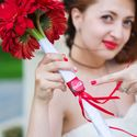 Букет невесты из красных гербер для тематической свадьбы в стиле Coca-Cola