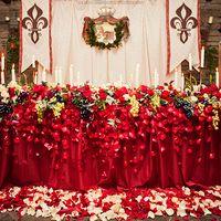 Яркое и насыщенное оформления стола жениха и невесты