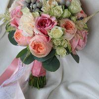 букет с пионовидными розами Дэвид Остин, брунией, астильбой и лавандой