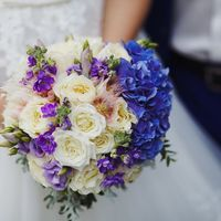 Букет невесты из белых роз, сиреневых фиалок и голубых гортензий