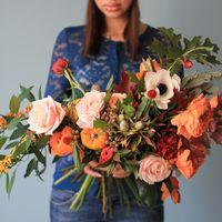 букет с пионовидными розами и тыквами