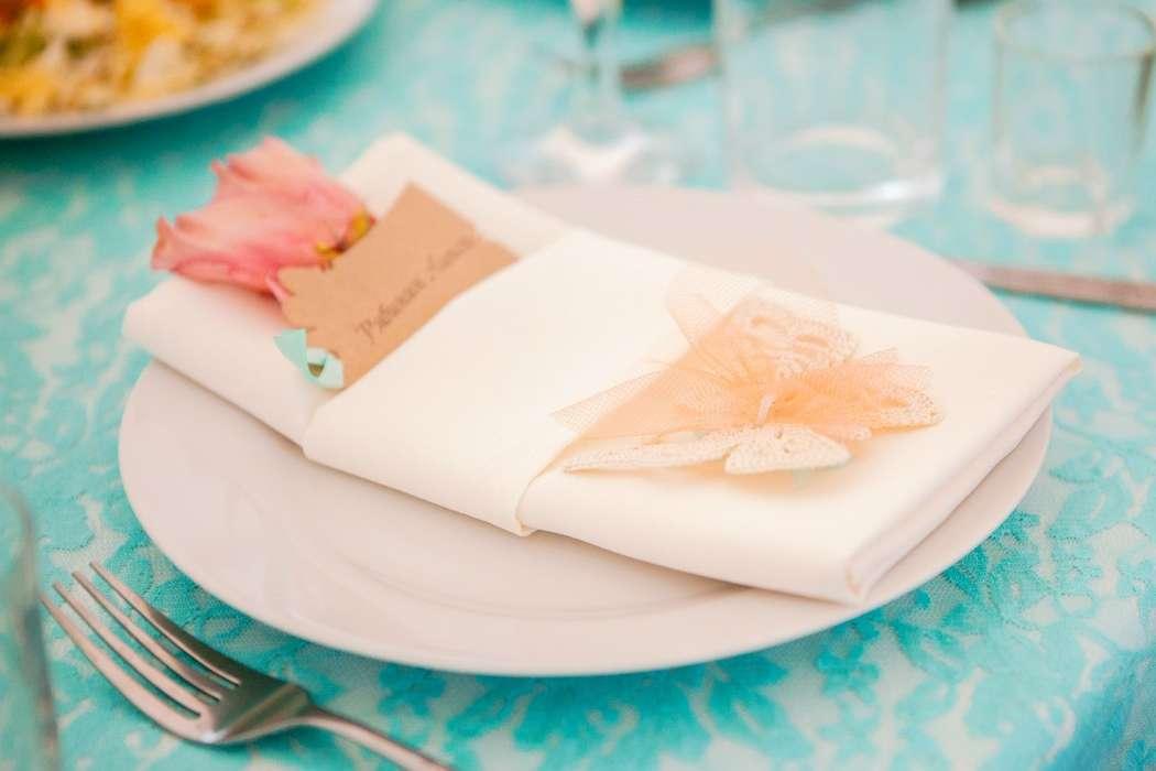 Салфетка с рассадочной карточкой и бабочка-бонбоньерка, созданная руками невесты. - фото 6626604 Студия декора Арт-знаК