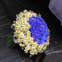Летний свадебный букет из васильков и ромашек