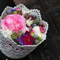 Букет из фиалок и роз на портбукетнице в кружевном каркасе